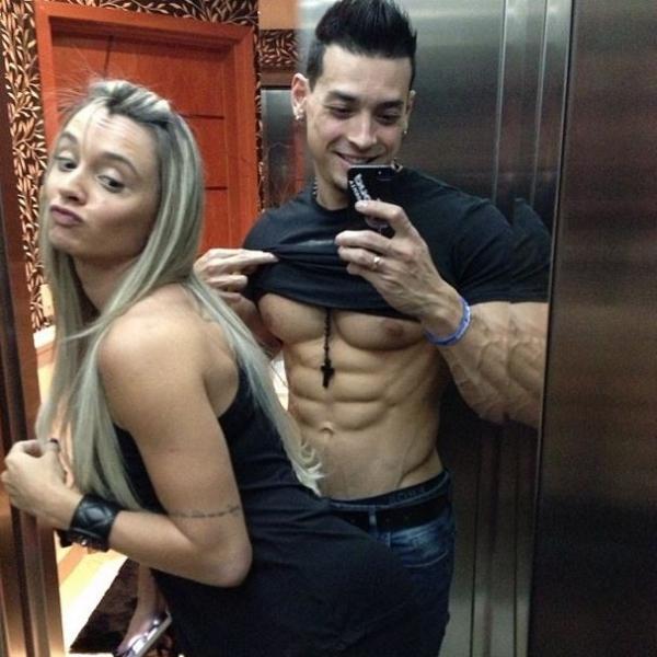 Juju Salimeni dá empinadinha e noivo mostra tanquinho no elevador