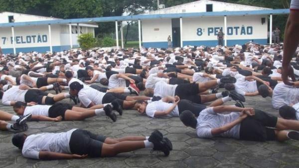 Oficial obrigou turma de curso da PM a sentar no asfalto quente após recruta sair da fila para ir ao banheiro