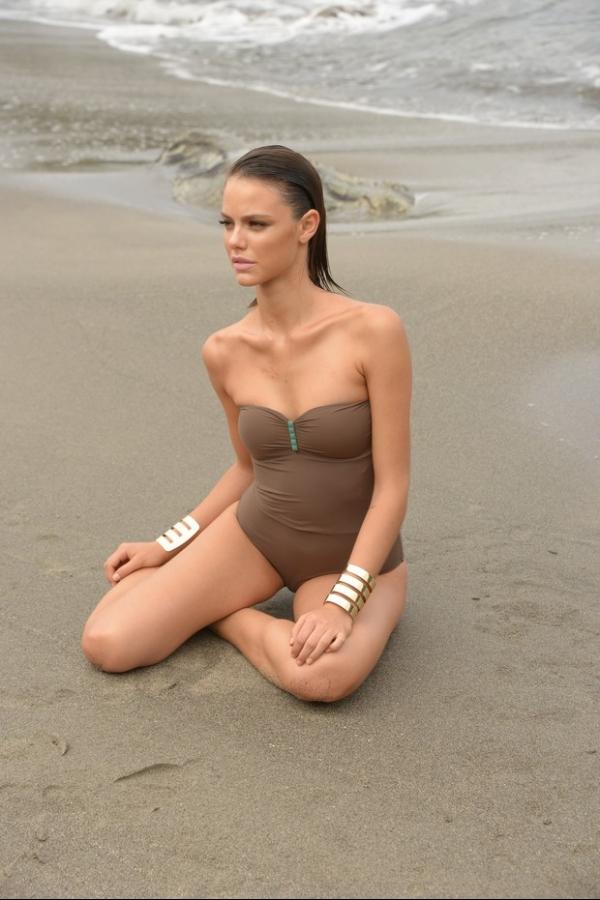 Laura Neiva posa de biquíni para campanha. Veja fotos de making of