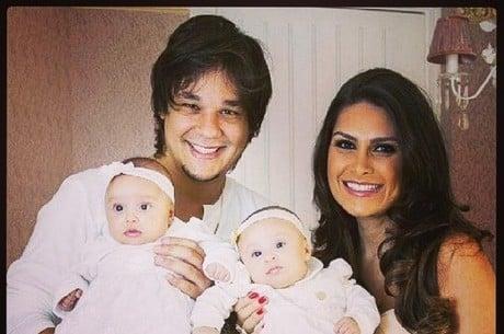 Leandro, do KLB, mostra as gêmeas com Natália Guimarães