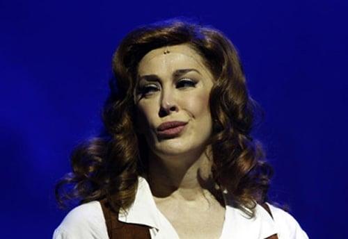 Ruiva, Cláudia Raia apresenta musical onde contracena com o namorado