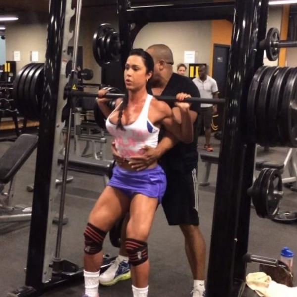 Gracyanne Barbosa pega pesadíssimo durante treino