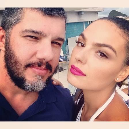 Isis Valverde posa sexy em bastidor de ensaio em meio à polêmica da separação de Grazi Massafera e Cauã Reymond