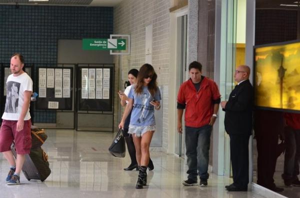 Sabrina Sato exibe as pernas torneadas em aeroporto