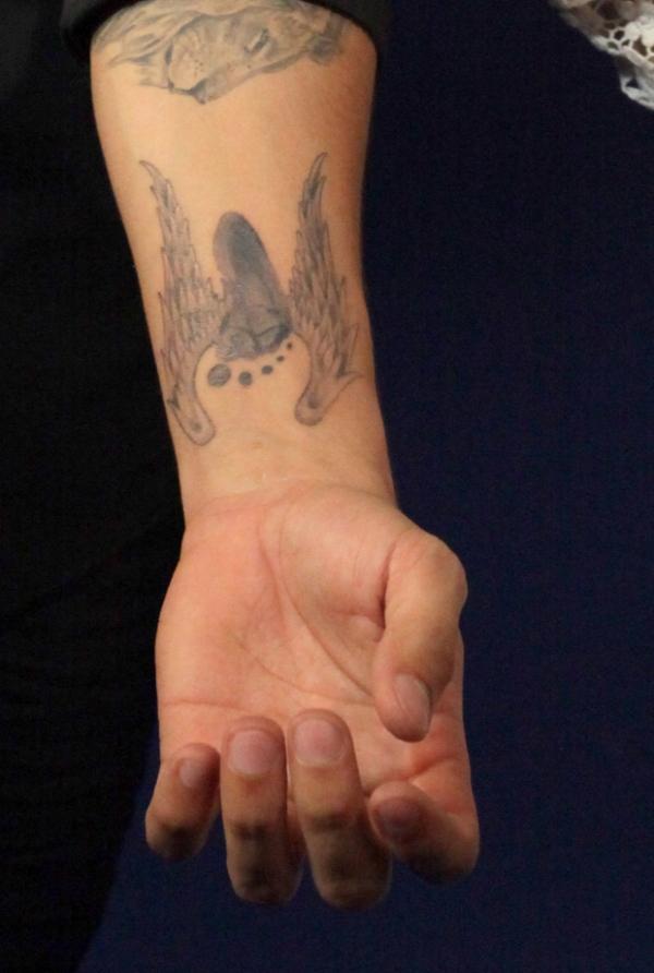 Caio Castro fez a tatuagem em homenagem ao irmão? Então Naise também homenageou o cunhado