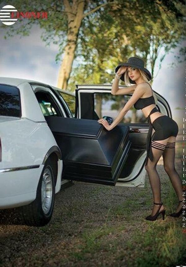 Fabricante de caixões da Polônia lança calendário como modelos nuas