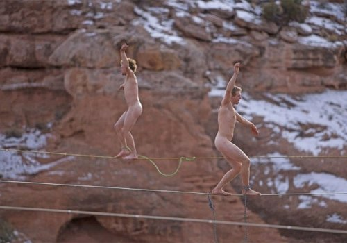 Maluco atravessa corda a 30 metros de altura preso apenas pelo órgão genital