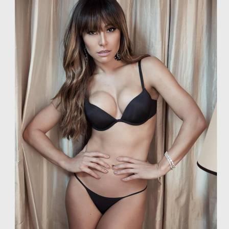 Sabrina Sato posa de topless para campanha de lingerie