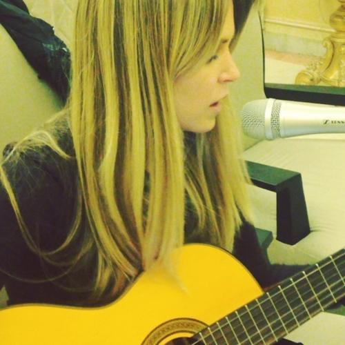 Atriz Susana Werner canta novo hit de Anitta  em voz e violão e posta na web