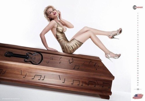 Calendário de 2014 junta modelos sexy e caixões