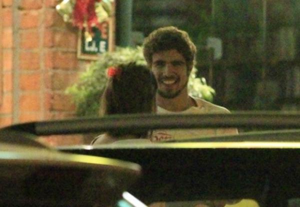 Maria Casadevall e Caio Castro trocam beijos e vão embora juntos
