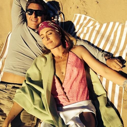 Na praia, apresentadora Angélica posa decotada com o marido Luciano Huck