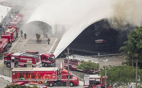 Sete bombeiros ficam feridos em incêndio do Memorial; Dois grave