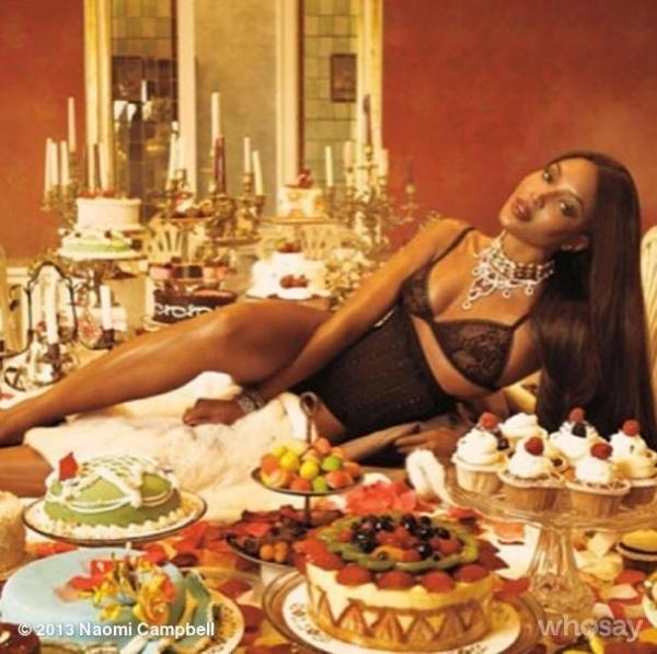 Sexy: De lingerie, Naomi Campbell aparece em cima da mesa com banquete