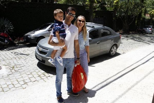 Carolina Dieckmann vai  festa de anivers疵io do filho de Ang駘ica e Huck