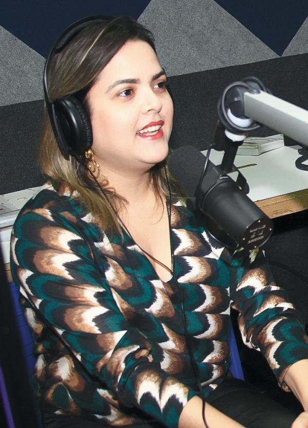 Cinthia Lages comanda o programa Not兤ias da Boa