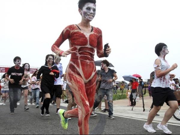 Corrida inusitada tem participantes fantasiados de zumbis em Taiwan
