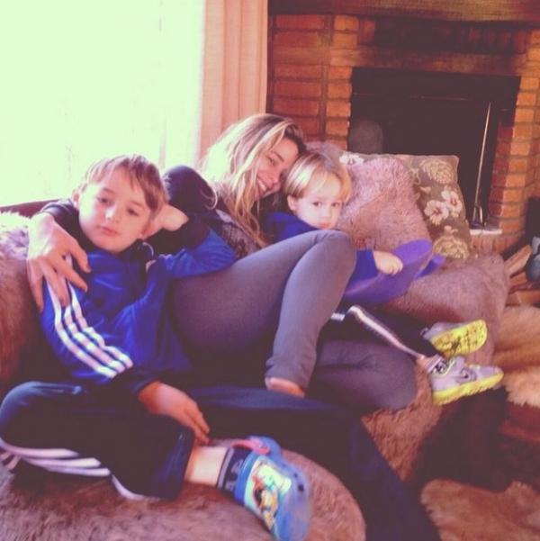 Danielle Winits curte domingo em fazenda com filhos e com namorado