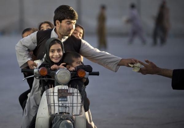 Motociclista é flagrado levando cinco crianças em motoneta no Afeganistão