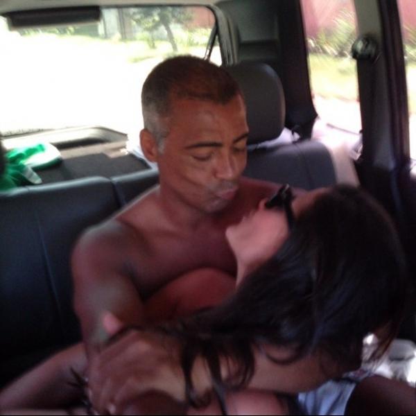Romário posa ao lado de morena e se declara: