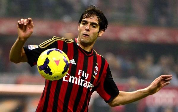 Torcida do Milan protesta em derrota, vaia Balotelli e aplaude apenas Kaká