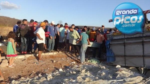 Caminhão tomba na PI-242 e dois morrem