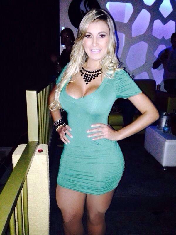 De vestidinho curto, Andressa Urach chama atenção com pernões na noite