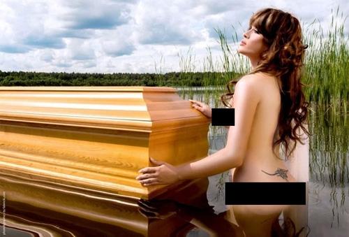 Empresa de caixões utiliza modelos sensuais para divulgar seus produtos