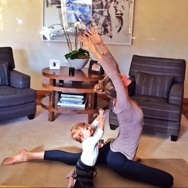Filha de Gisele Bündchen imita a mãe em exercício de alongamento