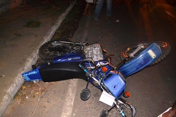Grave colisão entre carro e moto deixa motoqueiro gravemente ferido