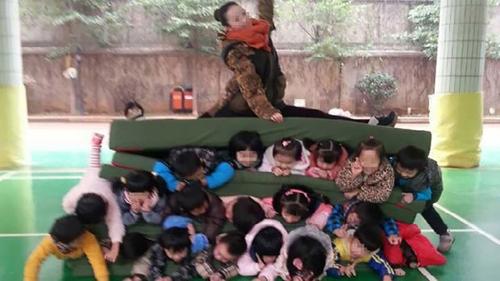 Imagem de professora esmagando crianças causa revolta na internet