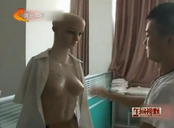 Veja massagem com cobra, seios, caramujo e outras técnicas bizarras