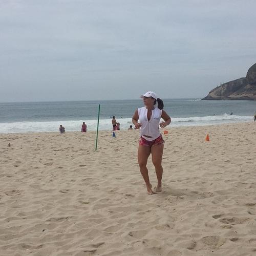 Viviane Araújo levanta cedo no sábado para fazer a malhação em uma praia