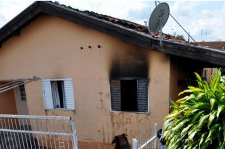 Adolescente tranca a mãe em casa e coloca fogo no imóvel após discussão
