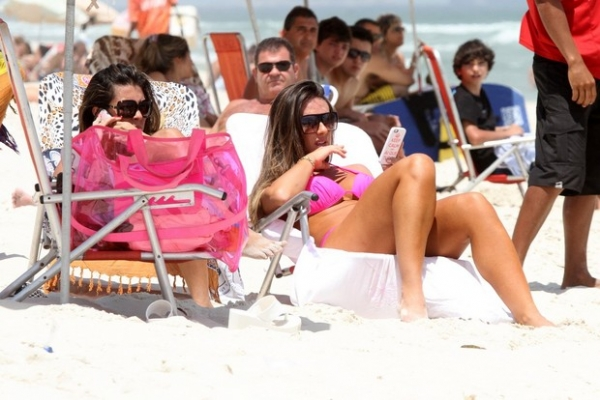 Nicole Bahls dá ajeitadinha indiscreta na praia e deixa grupo boquiaberto