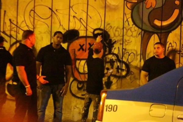 Após grafitar muro e causar tumulto, Justin Bieber vai à praia no Rio