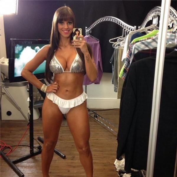 Carol Dias mostra corpo sarado de biquíni