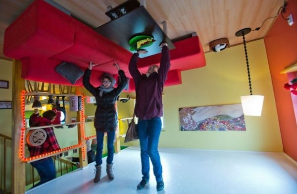 Casa construída de cabeça para baixo é atração turística na Alemanha