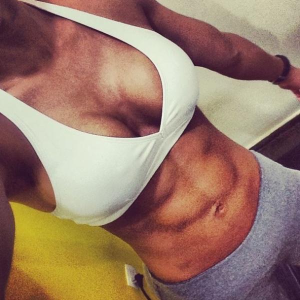 Graciella Carvalho exibe barriga definida: