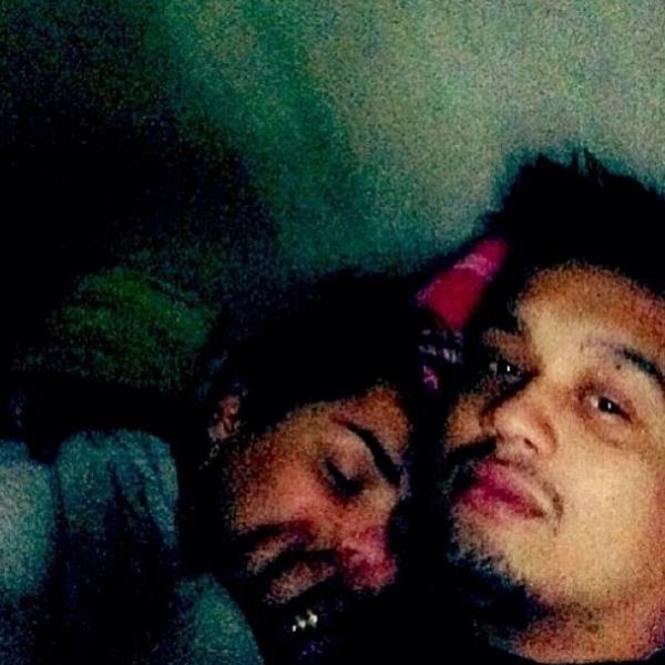 Mulher Melancia troca o dia pela noite e posta foto com o noivo na cama