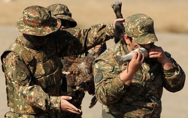 Soldado armênio come peixe vivo durante exercício militar