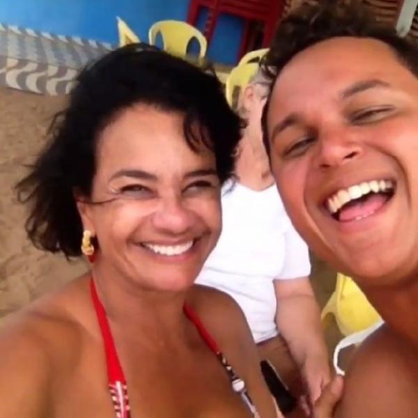 Solange Couto posa de biquíni no aniversário do marido