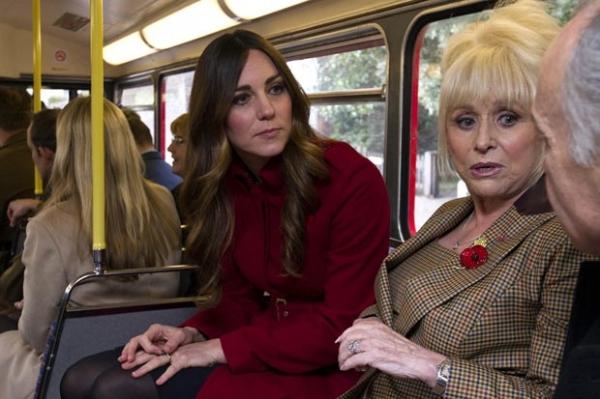 William e Kate surpreendem súditos e andam de ônibus em Londres