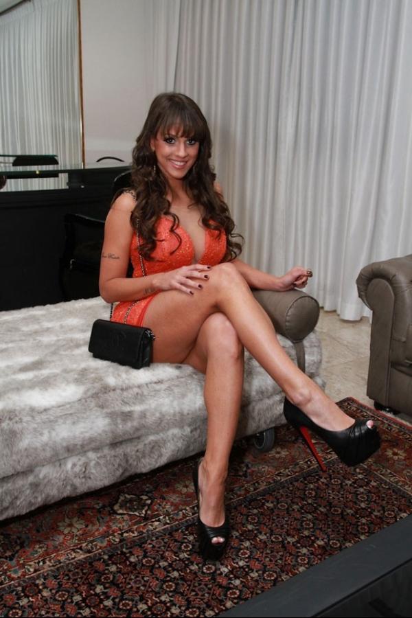 Carol Dias capricha no decote para festa da revista