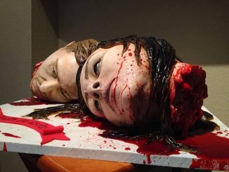 Casal faz bolo de casamento com cabeças ensaguentadas