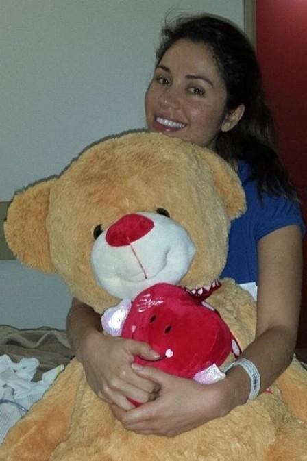 Ex-BBB Maria ganha urso gigante do namorado no hospital, e lutador registra: ?ficando zero?