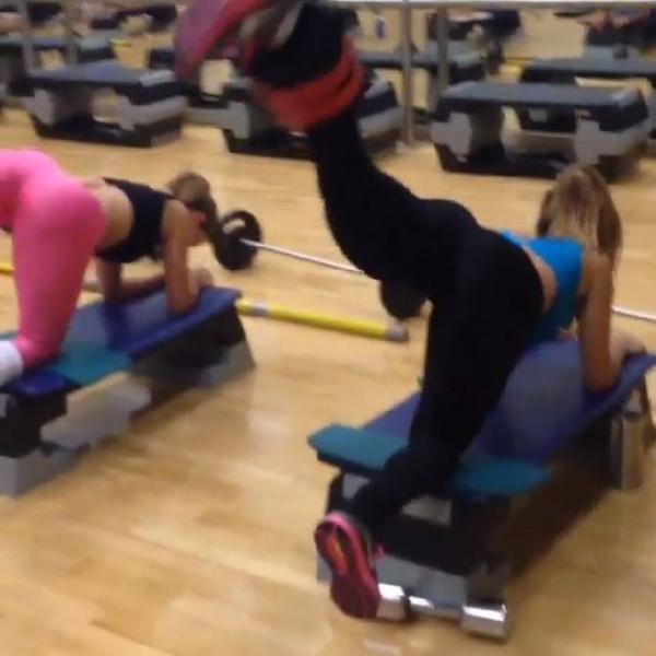 Dany Bananinha exibe curvas durante treino