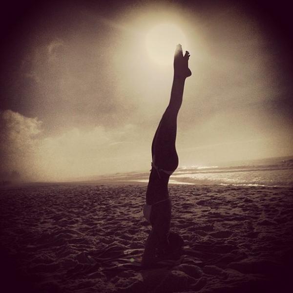 Thaila Ayala madruga e encontra praia vazia  e perfeita para