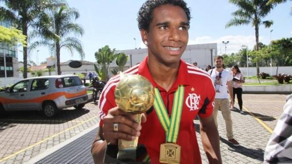 Flamengo: Obsessão por estatísticas e puxões de orelha da noiva, os segredos para Luiz Antonio se firmar no time