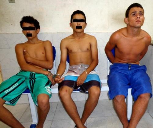 Jovem e adolescentes s縊 flagrados envolvidos em boca de fumo